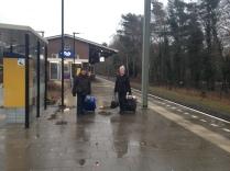Twee dames arriveren met de trein