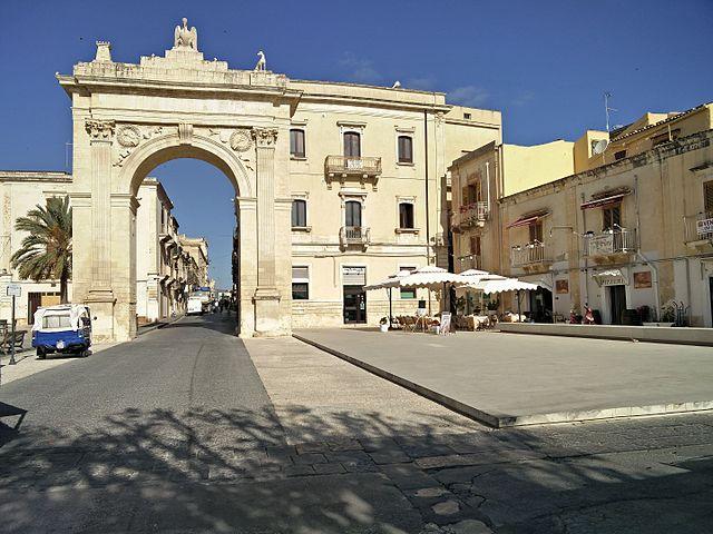 porta_reale_noto_restaurata_anno_2014