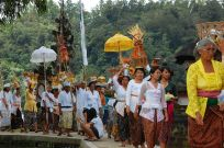 procession_with_offerings_entering_a_hindu_temple_bali